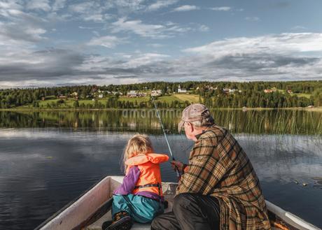 Grandfather and granddaughter fishing Borgvattnet, Swedenの写真素材 [FYI02208164]