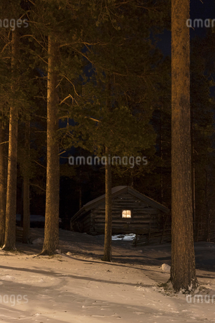Cabin during winter in Dalarna, Swedenの写真素材 [FYI02208174]