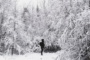 Man in snow covered forest in Skarpnack, Swedenの写真素材 [FYI02208178]