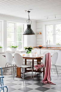 Sweden, Domestic kitchen with white table and chairsの写真素材 [FYI02208181]