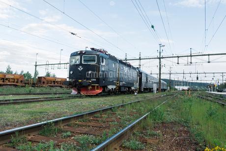 Train by a fieldの写真素材 [FYI02208201]