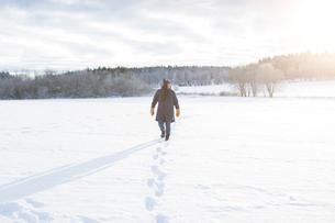 Woman walking in snowの写真素材 [FYI02208210]