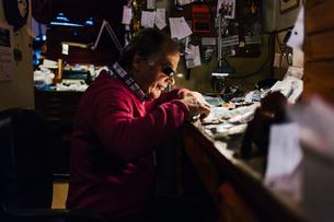 Man repairing watch in workshop in Swedenの写真素材 [FYI02208214]