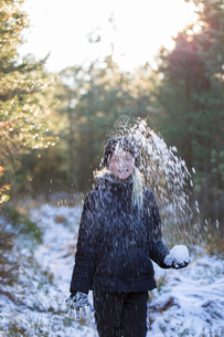 Girl playing in snow in Swedenの写真素材 [FYI02208219]