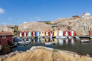Colorful boat houses in Smogen, Swedenの写真素材 [FYI02208234]