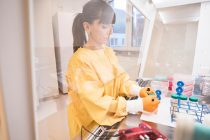 Woman working in lab in Swedenの写真素材 [FYI02208237]