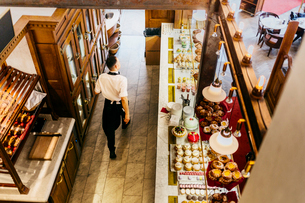 High angle view of waiter at bakery in Swedenの写真素材 [FYI02208249]