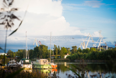 Boats on river in Rauma, Finlandの写真素材 [FYI02208250]