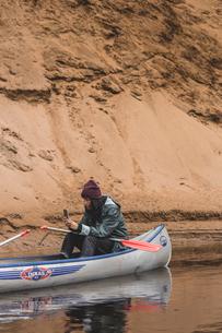 Woman kayaking in Falfors, Swedenの写真素材 [FYI02208257]