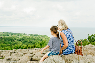 Girl admiring view with her grandmother in Friseboda, Swedenの写真素材 [FYI02208270]