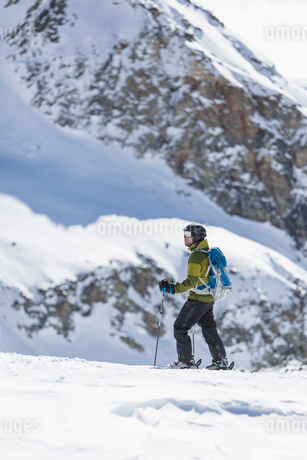 Skier on mountain in Piedmont, Italyの写真素材 [FYI02208277]