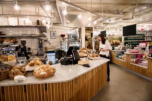 Sweden, Woman choosing food in bakeryの写真素材 [FYI02208278]