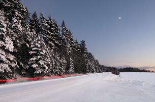Light trails on a winter roadの写真素材 [FYI02208304]