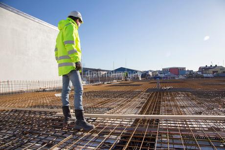 Worker on construction site in Bohuslan, Swedenの写真素材 [FYI02208310]