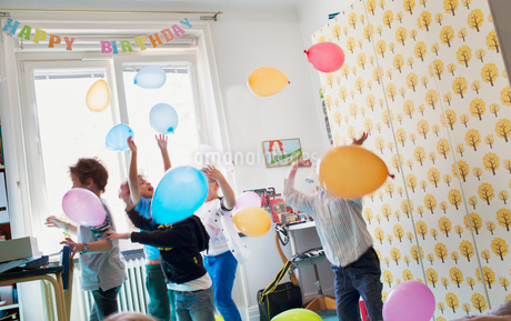 Children playing with balloonsの写真素材 [FYI02208313]