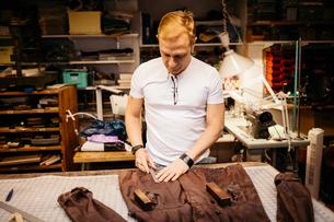 Man in leather workshopの写真素材 [FYI02208316]