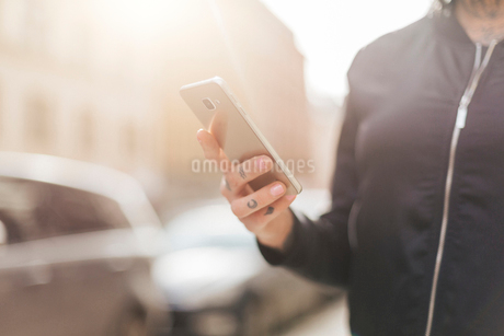 Woman holding a smart phone in Stockholmの写真素材 [FYI02208320]