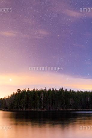 Sunset over Lake Skiren, Swedenの写真素材 [FYI02208325]