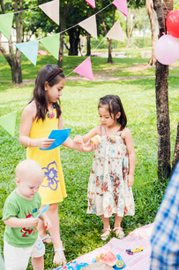 Children at birthday picnicの写真素材 [FYI02208326]