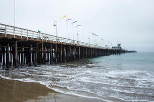 USA, California, Santa Cruz, Pier under overcast skyの写真素材 [FYI02208337]