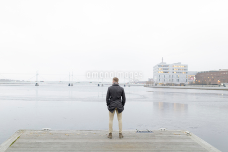 Man by waterfront in Smaland, Swedenの写真素材 [FYI02208339]