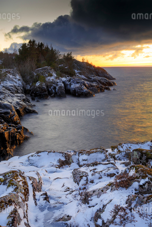 Snow covered rocky coastline in Stora Lund, Swedenの写真素材 [FYI02208342]