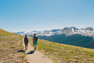 USA, Colorado, Rocky Mountain National Park, Two people hiking in mountainsの写真素材 [FYI02208348]