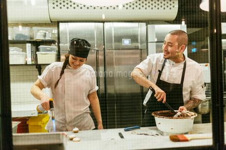 Chefs in kitchenの写真素材 [FYI02208355]