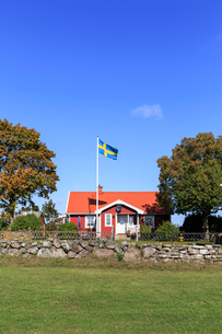 Flag outside a house in Oland, Swedenの写真素材 [FYI02208357]