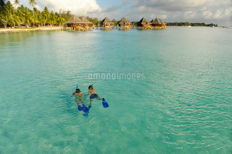 Woman and man snorkeling in the sea in Bora Boraの写真素材 [FYI02208359]