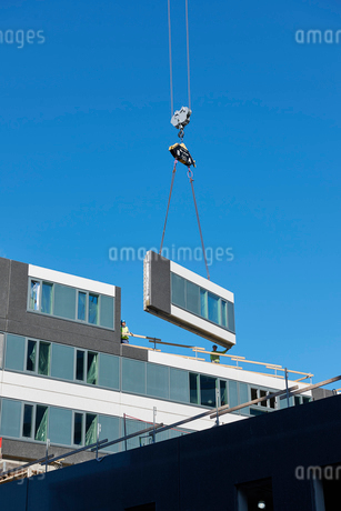 Industrial cranes lifting a wall on a construction site in Krista, Swedenの写真素材 [FYI02208370]