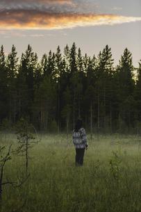 Rear view of woman on field in Selet, Swedenの写真素材 [FYI02208375]