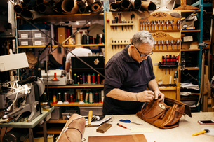 Man in leather workshopの写真素材 [FYI02208376]