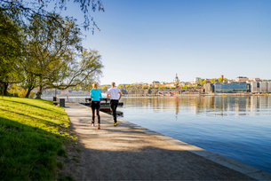 Sweden, Stockholm, Skeppsholmen, People running near harborの写真素材 [FYI02208380]