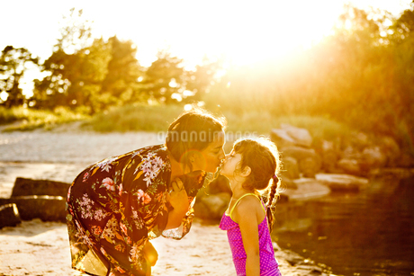 Mother and daughter on beach in Friseboda, Swedenの写真素材 [FYI02208384]