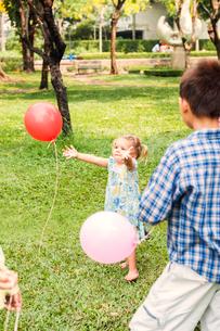 Children with balloon in parkの写真素材 [FYI02208385]
