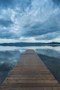 Pier on lake in Jamtland, Swedenの写真素材 [FYI02208400]