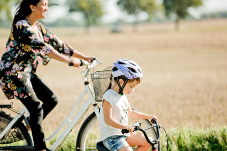 Mother and daughter cycling in Friseboda, Swedenの写真素材 [FYI02208408]