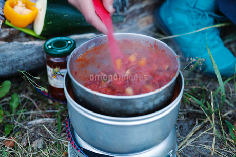 Pot of stew on camp stoveの写真素材 [FYI02208410]