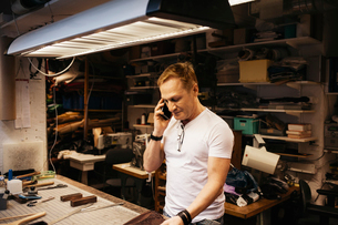 Man in leather workshopの写真素材 [FYI02208440]