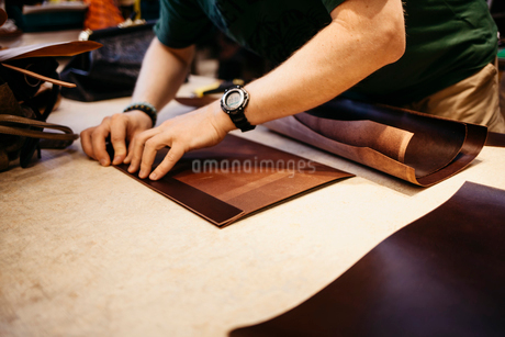 Man measuring leatherの写真素材 [FYI02208449]