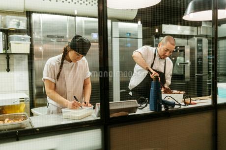 Chefs in kitchenの写真素材 [FYI02208455]