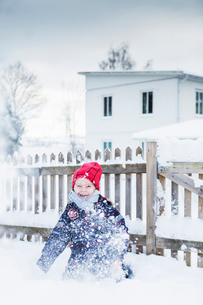 Boy playing in snowの写真素材 [FYI02208463]