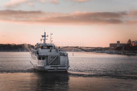 Ferry at Riddarfjarden in Stockholm, Swedenの写真素材 [FYI02208497]
