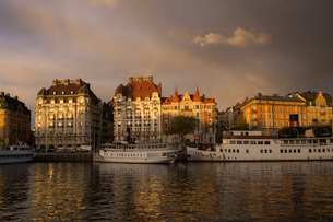 Boats on river by buildings in Ostermalm, Stockholmの写真素材 [FYI02208500]