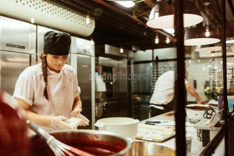 Chef in kitchen in Swedenの写真素材 [FYI02208533]