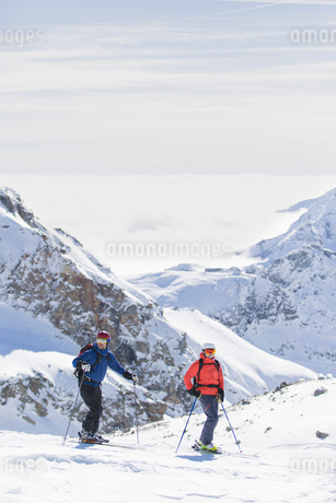 Two skiers on mountain in Piedmont, Italyの写真素材 [FYI02208534]