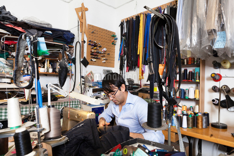 Man at sewing stationの写真素材 [FYI02208545]