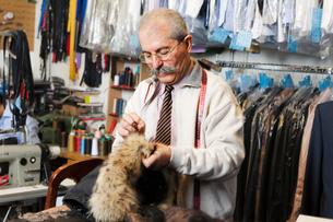 Man sewing garmentの写真素材 [FYI02208551]