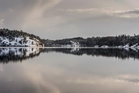 Snowy lake in Sodermanland, Swedenの写真素材 [FYI02208552]